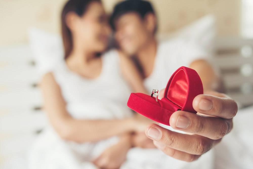 一位年轻人在家里为他的女朋友带来了戒指盒_3396986