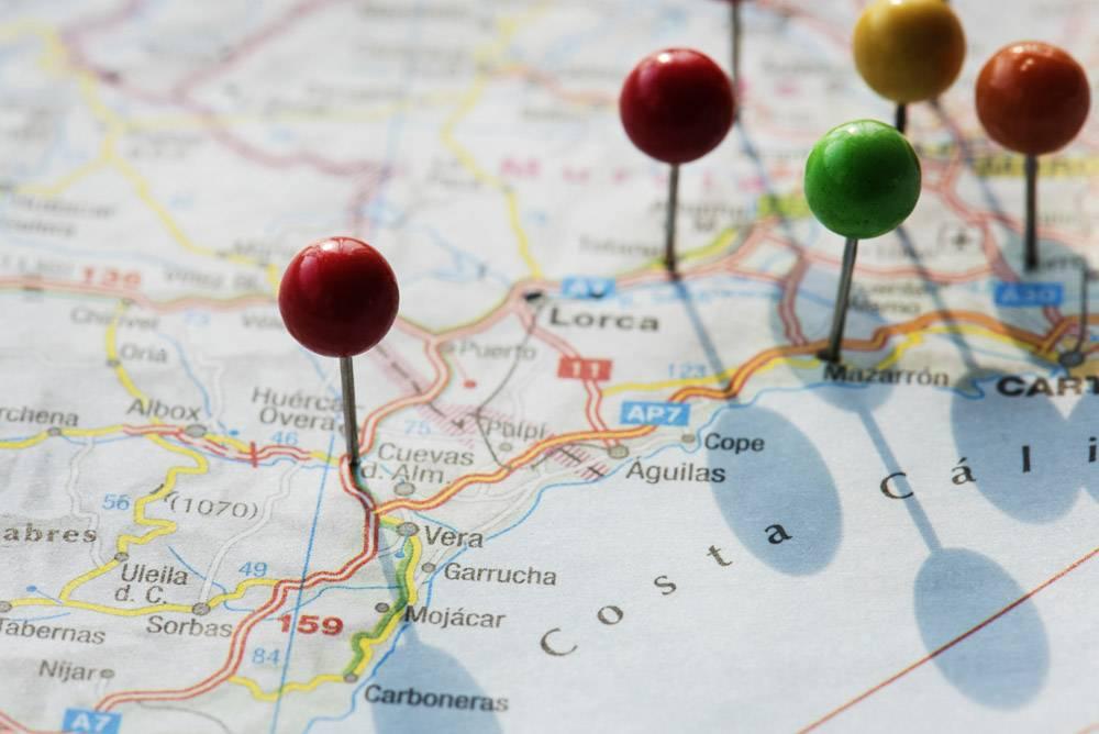 计划旅行旅行的地图上的大头针特写_3740573