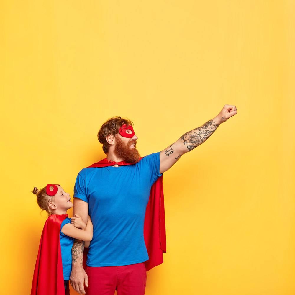 超级英雄与小孩子共度休闲时光做飞行手势_12349880