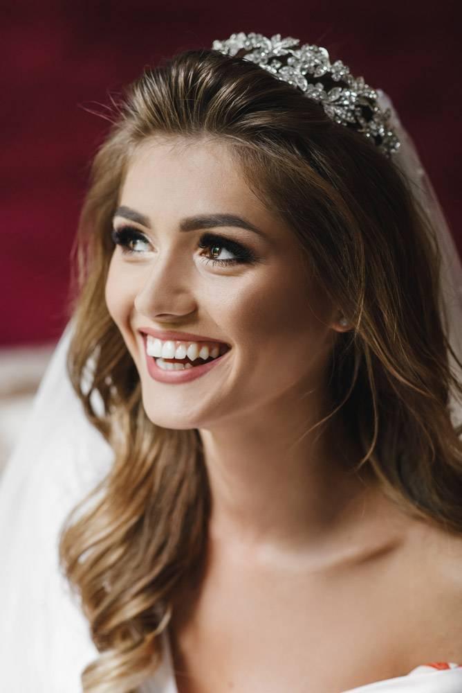 身着白色丝绸长袍的美丽新娘坐在酒店房间的_3339432