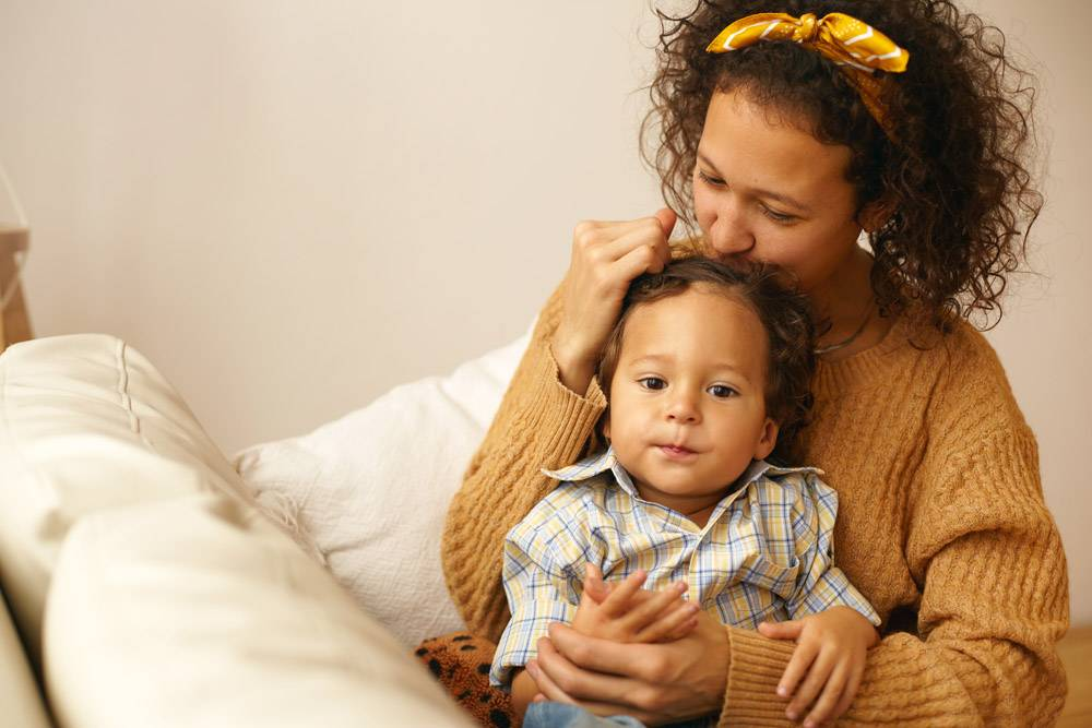 身穿休闲服的快乐年轻母亲的肖像向三岁的_11201485