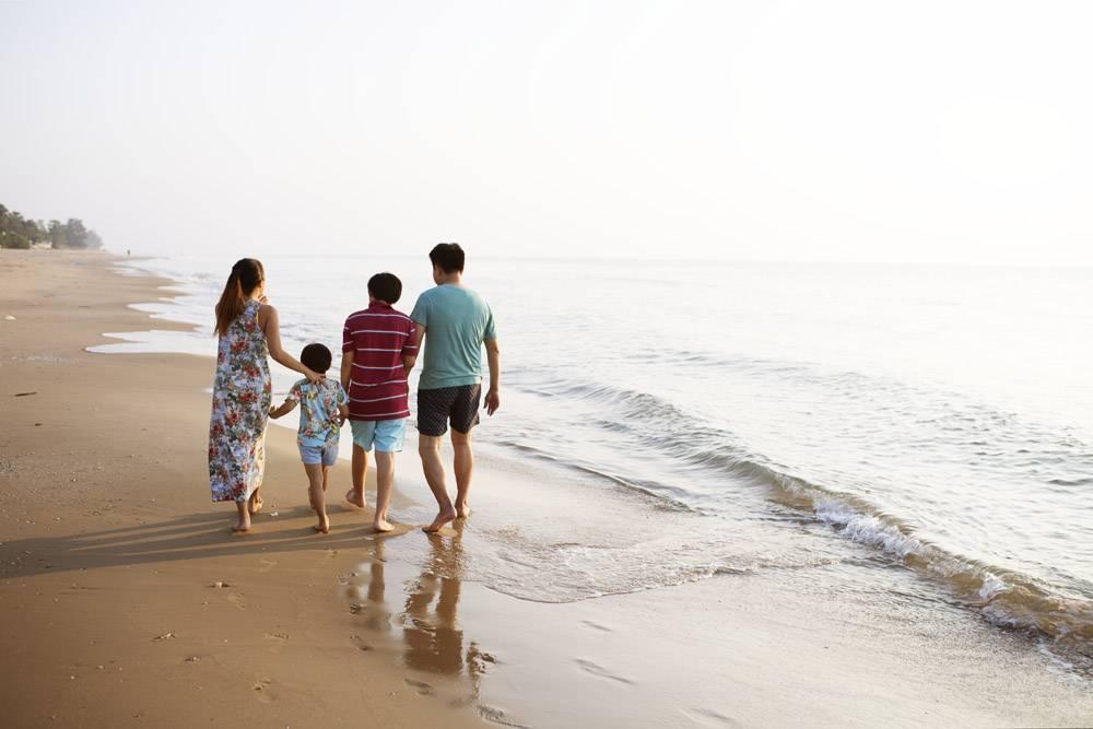 海滩上的亚洲家庭_3214221