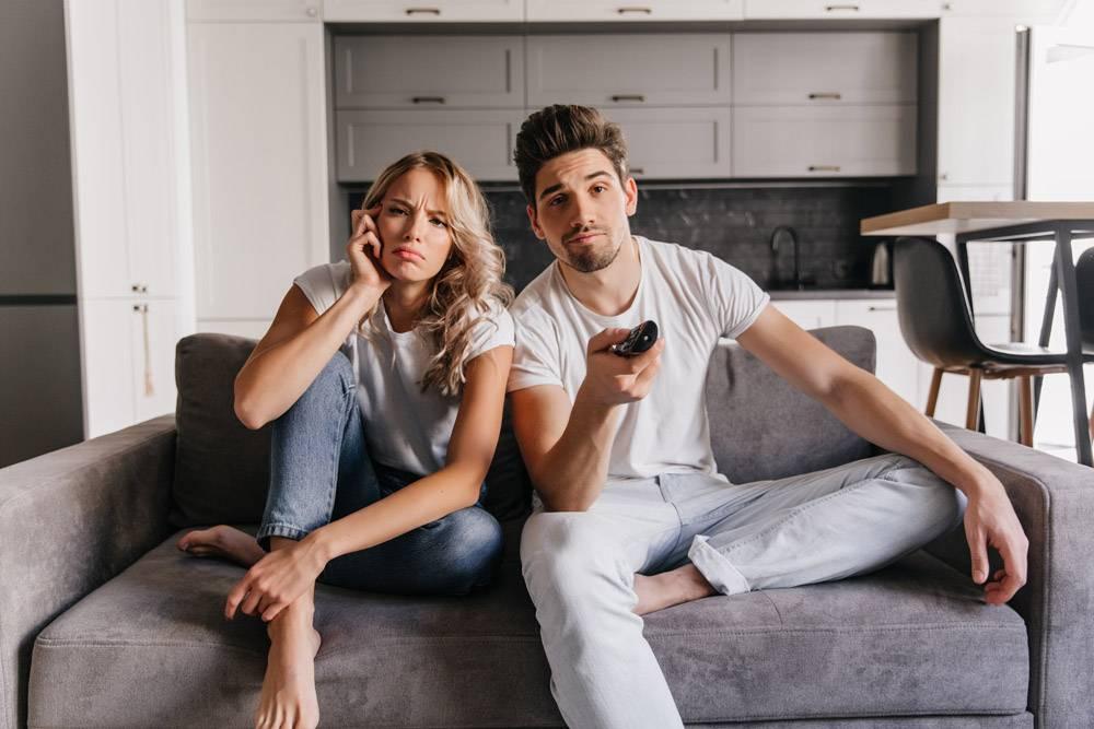 年轻人在看电影享受电视节目的情侣_12152284
