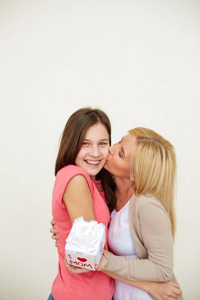 母亲亲吻她的女儿_867462