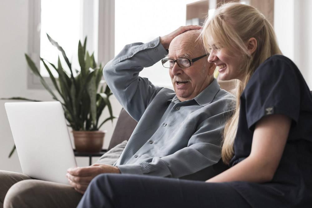老人在护士的帮助下从疗养院给家人打电话的_10892713