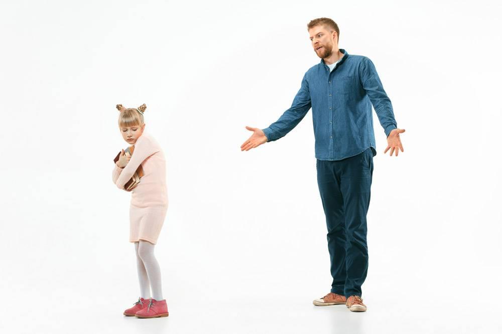 愤怒的父亲在家责备女儿动情家庭的录音棚_13343444