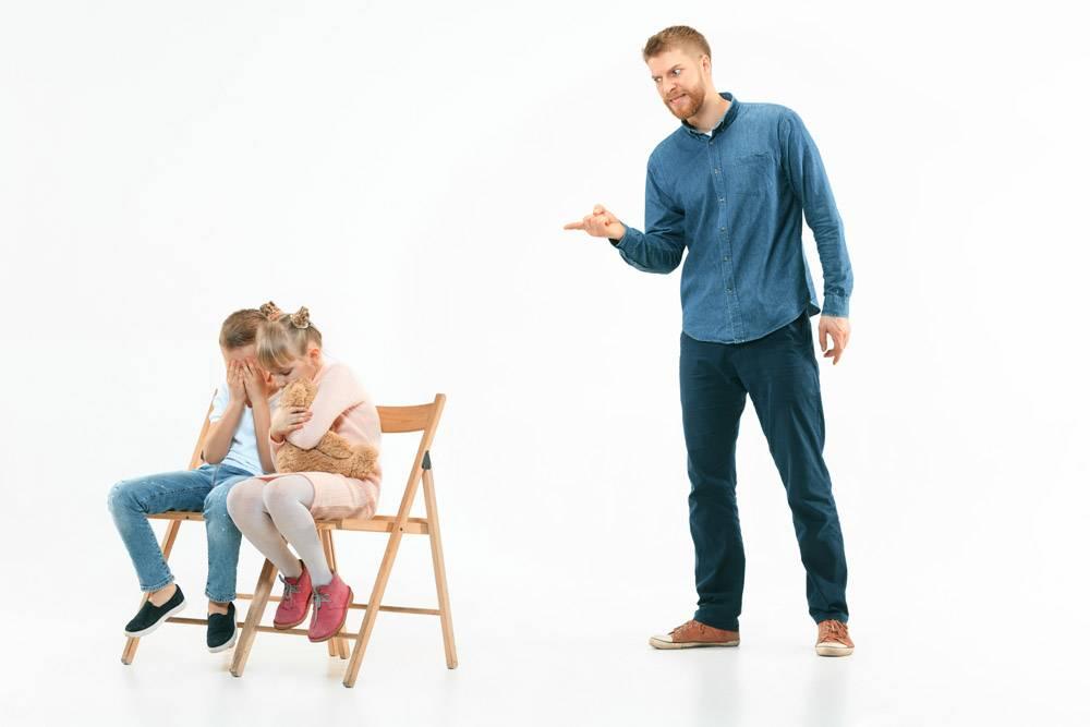 愤怒的父亲在家里骂他的儿子和女儿动情家_13343433