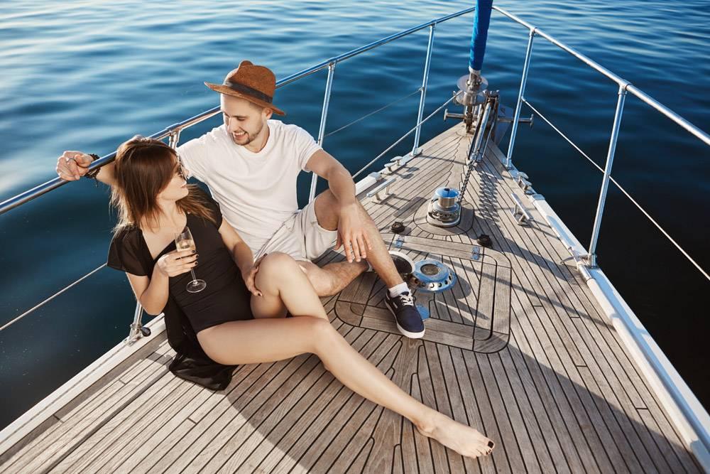 两个年轻漂亮的欧洲人坐在游艇的船头一边_9118110