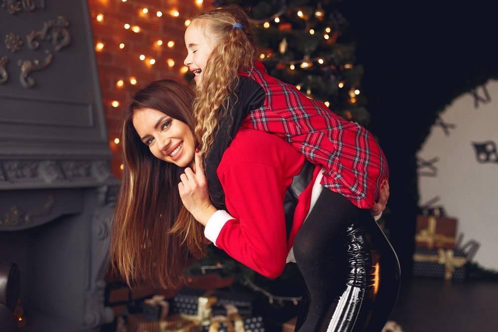 母亲带着可爱的女儿在家中靠近壁炉的地方_11243795