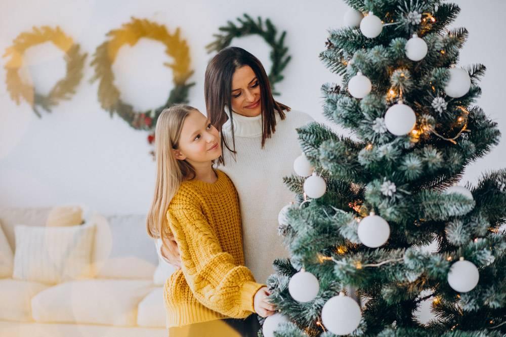母亲带着女儿装饰圣诞树_11980670