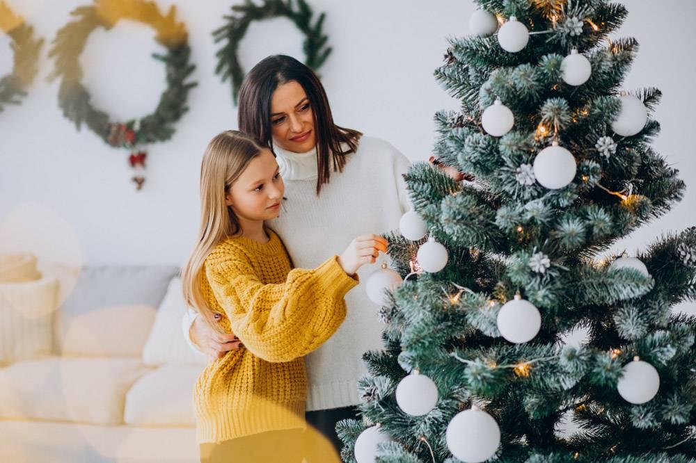 母亲带着女儿装饰圣诞树_12177327