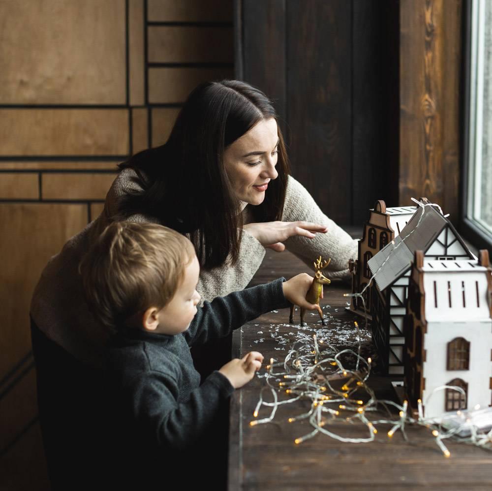 母亲带着她的孩子玩耍_10850802