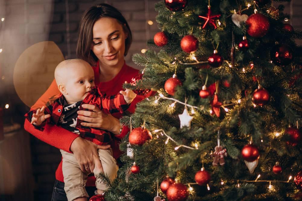 母亲带着她的男婴庆祝圣诞节_11981354