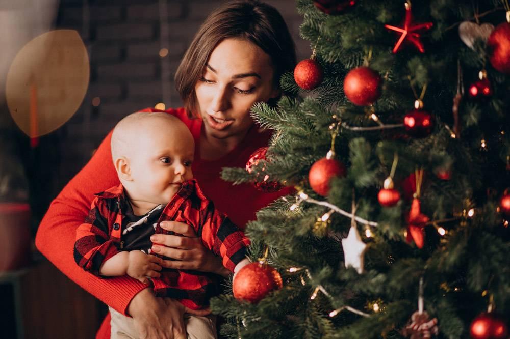 母亲带着她的男婴庆祝圣诞节_11981355