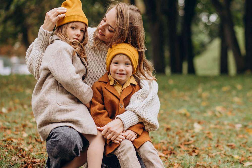 母亲带着孩子在公园里玩耍_10705391