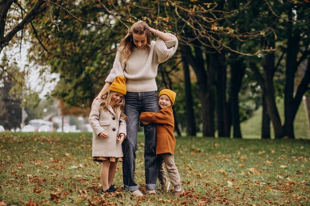 母亲带着孩子在公园里玩耍_10705411
