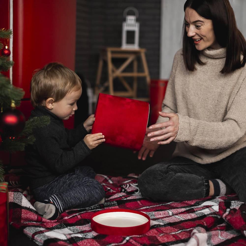 母亲带着小男孩玩耍_10850842