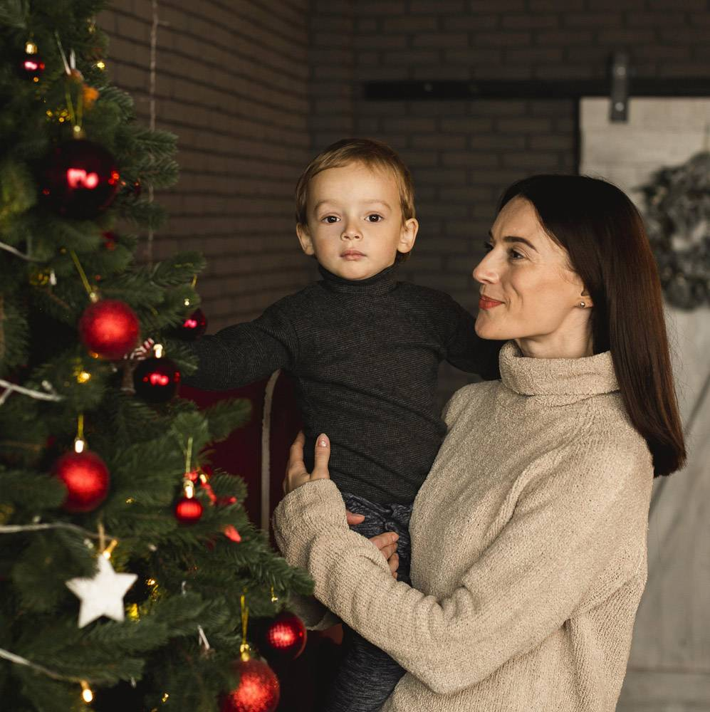 母亲抱着可爱的孩子_10850854