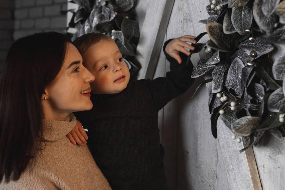 母亲抱着可爱的孩子_10850869
