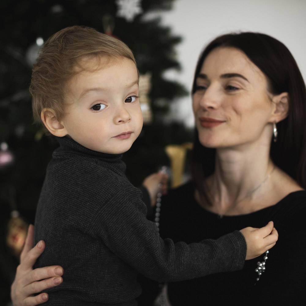 母亲抱着可爱的小男孩_10850880