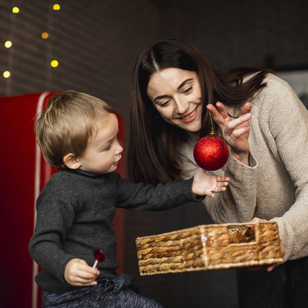 母亲教儿子如何装饰圣诞树_10850817