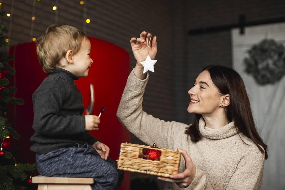 母亲教儿子如何装饰圣诞树_10850841