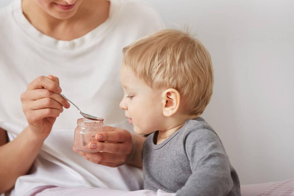 母亲给她的小儿子喂奶_10324041