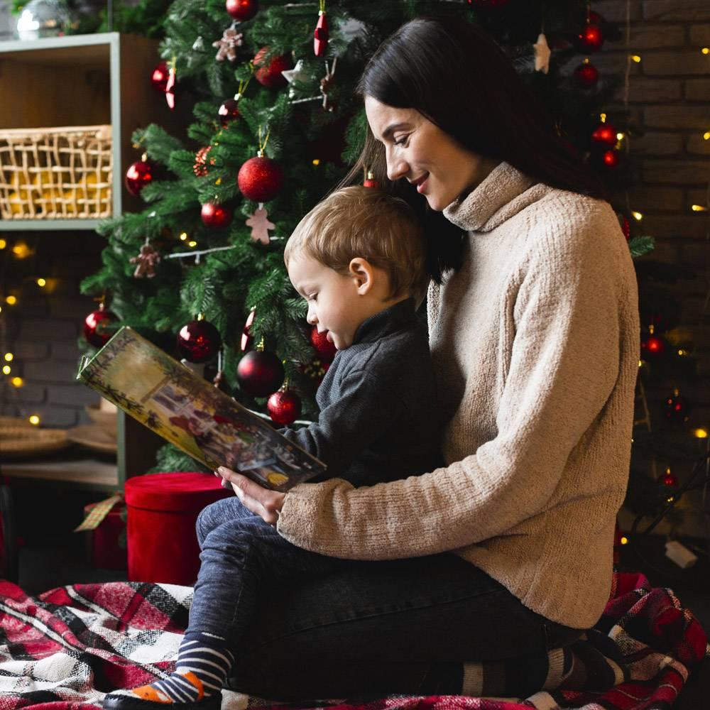 母亲给孩子读圣诞故事_10850866