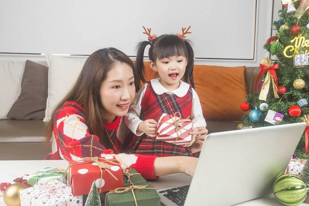 快乐的妈妈和小女儿在家里装饰圣诞树和礼物_11548029