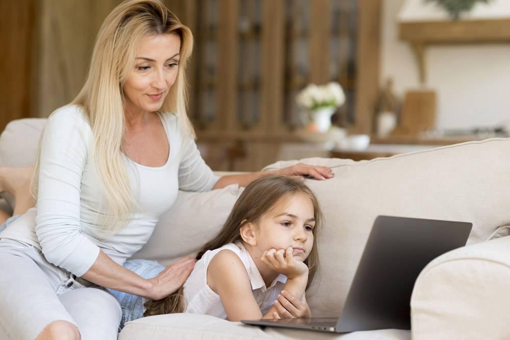 母亲让女儿在家工作时看她的笔记本电脑_10604688