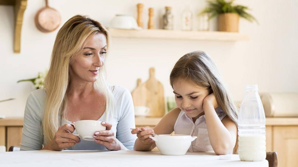 母女俩一起吃早餐_10604639