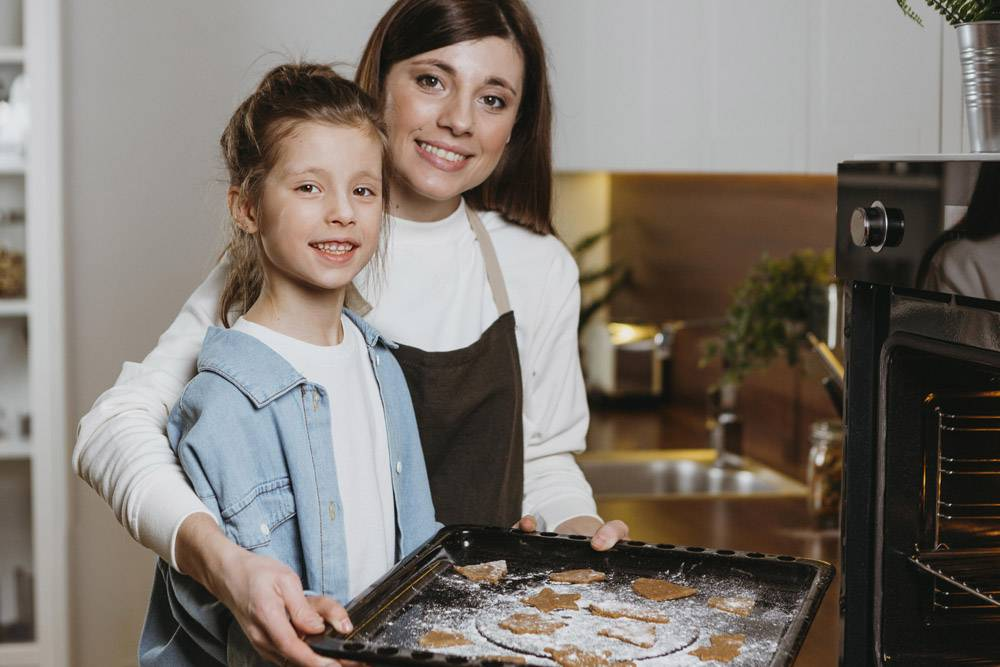 母女俩一起烤饼干_11766044