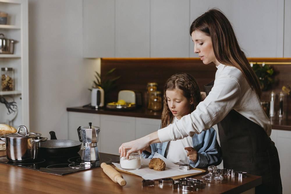 母女俩在厨房做饭_11766004