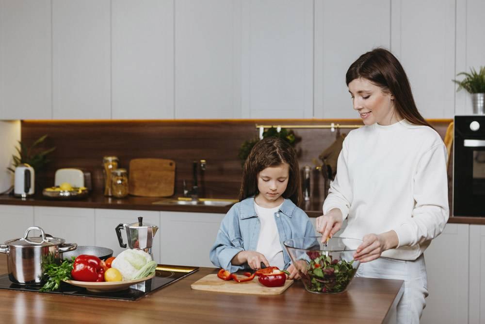 母女俩在厨房做饭的前景_11765734