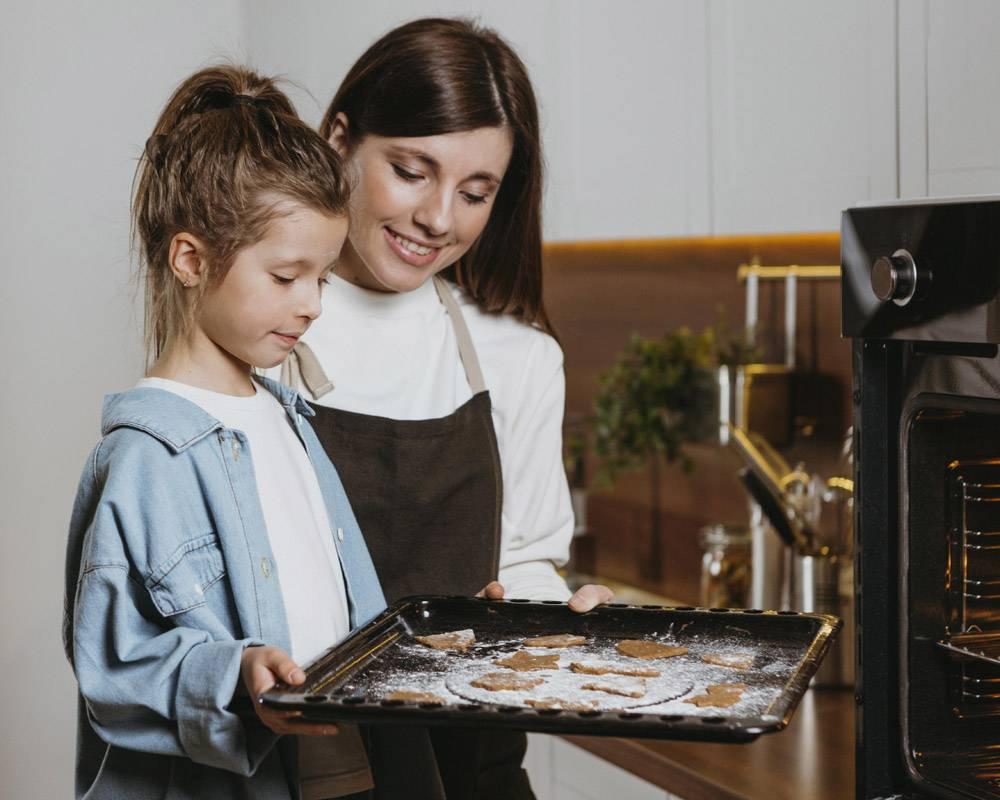 母女俩在家中一起烘焙饼干_11766047
