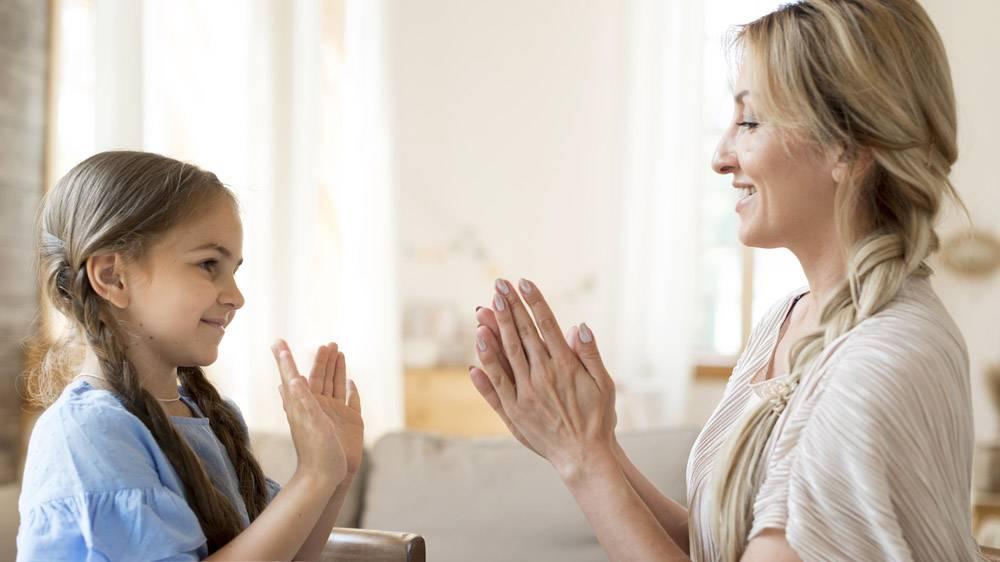 母女俩在家中一起玩耍的侧观_10604703