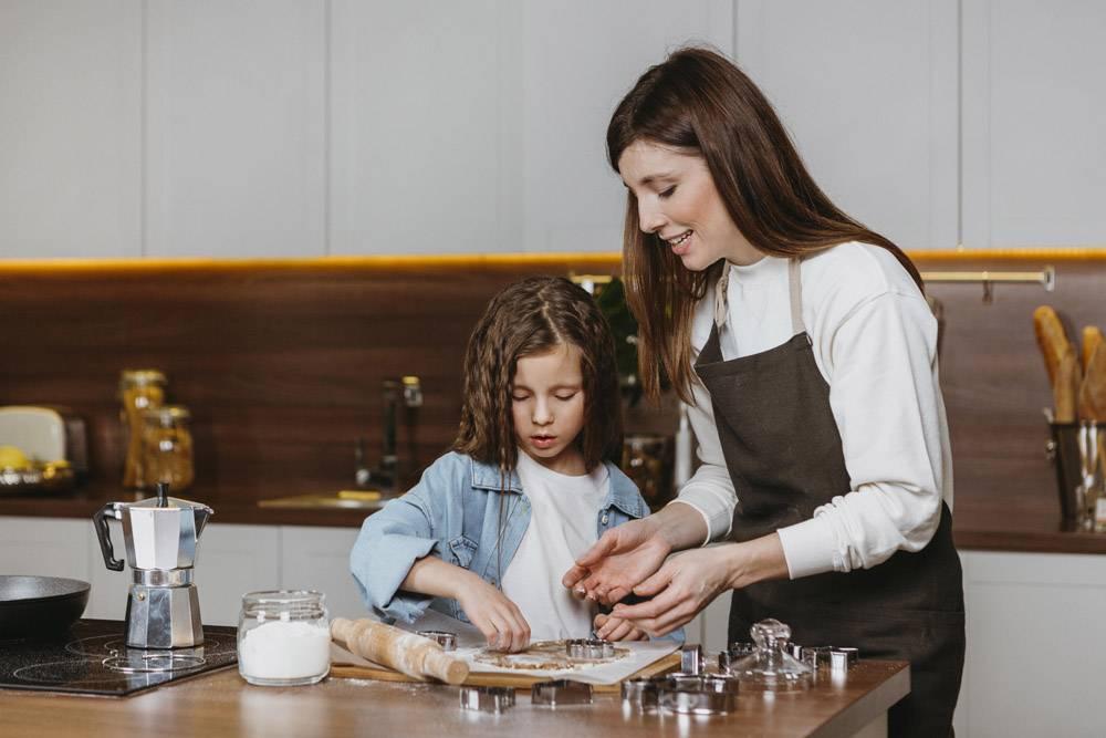 母女俩在家里的厨房里一起做饭_11766013