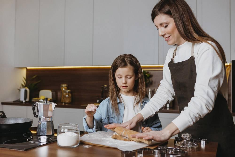 母女俩在家里的厨房里做饭_11766010