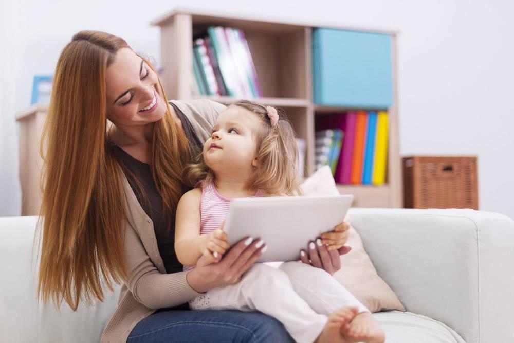 母婴在家用平板电脑玩游戏_10979310