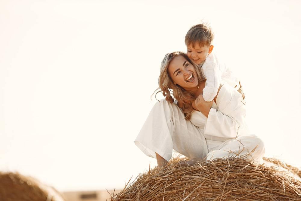 母子俩夏天在黄色的麦田上堆放干草或打_10885115