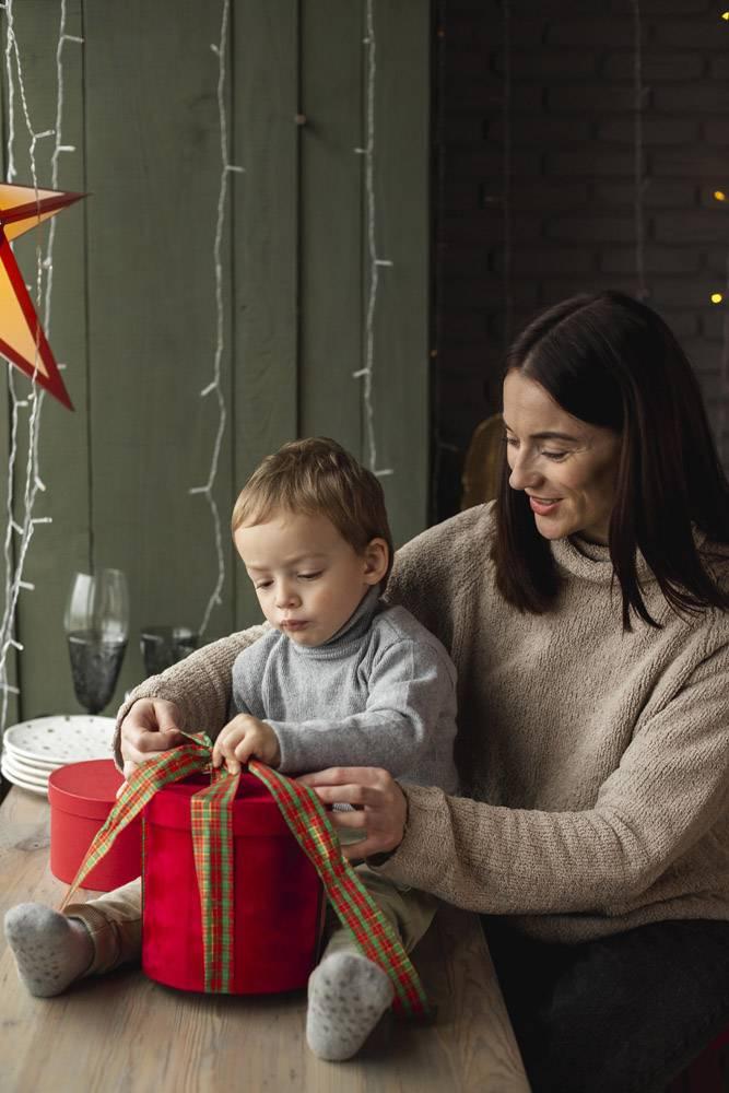 母子俩拆开圣诞礼物_10850811