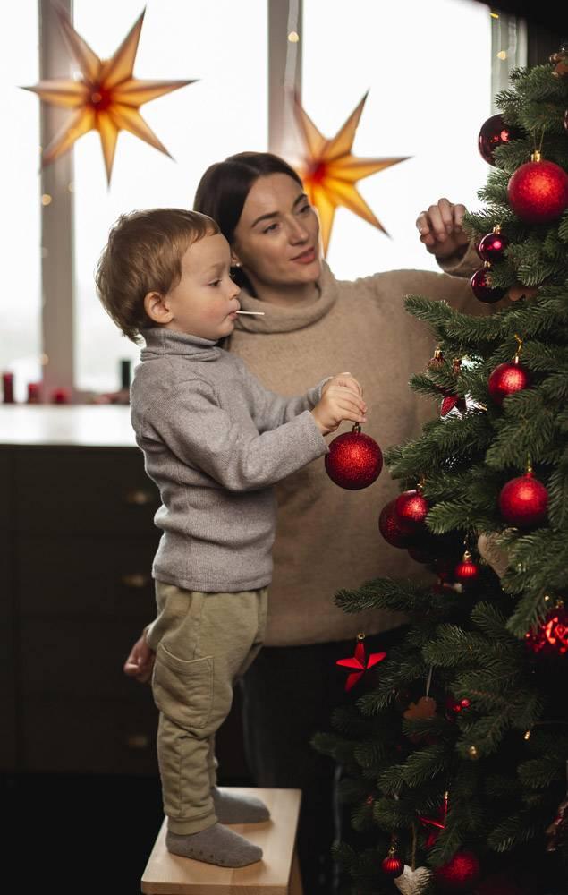 母子俩装饰圣诞树_10850800
