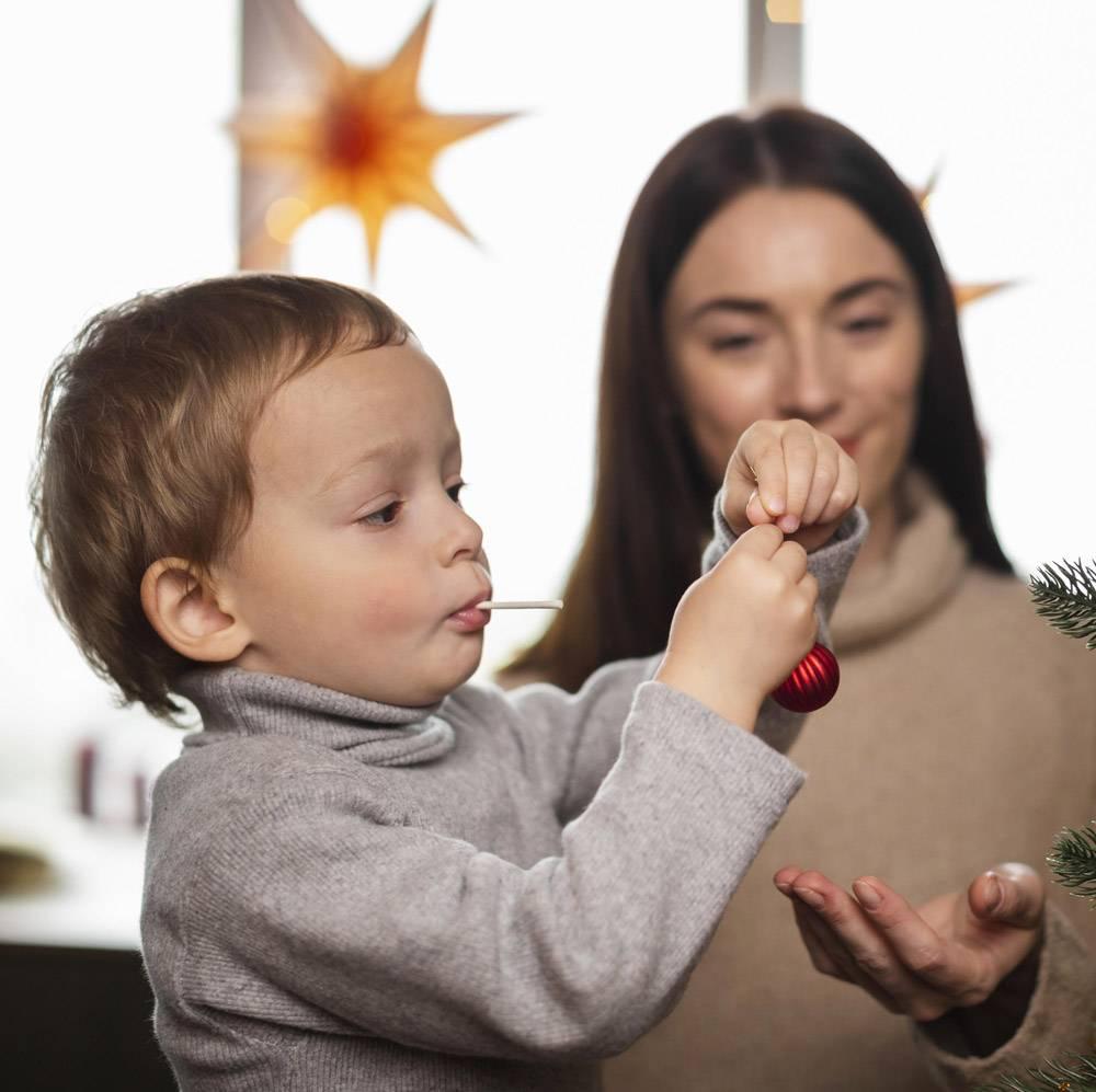 母子俩装饰圣诞树_10850808