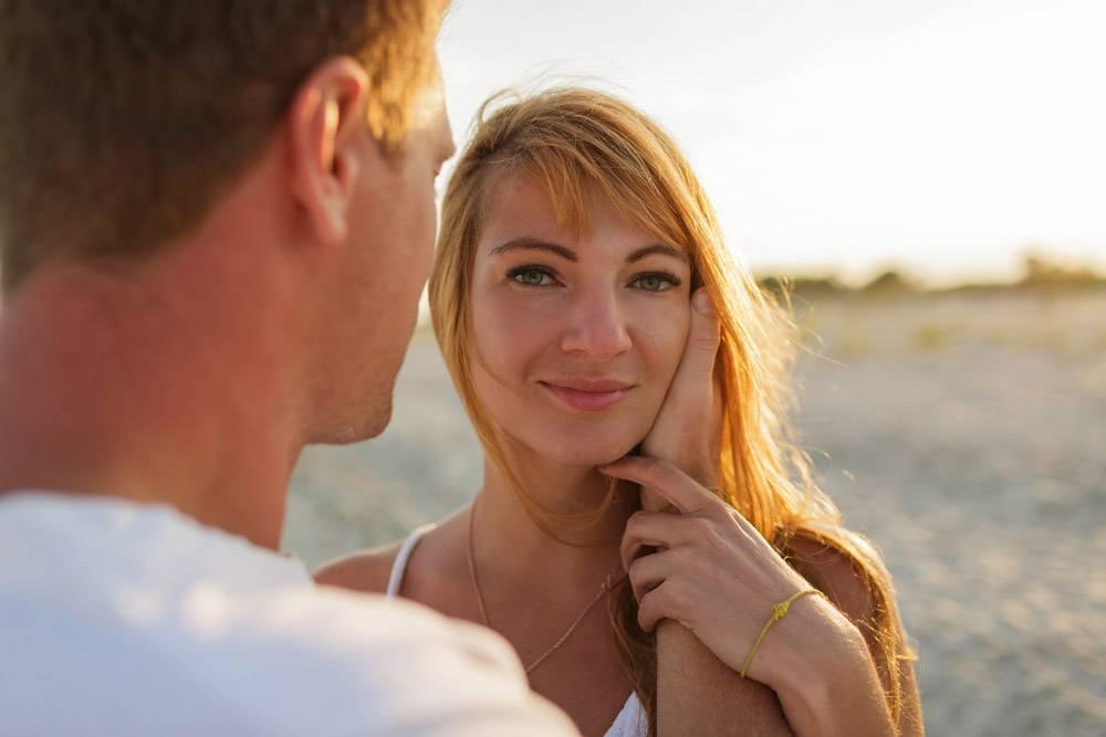 浪漫的心情红发女人和她的丈夫享受夏天_10688250