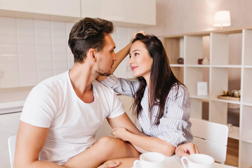 浪漫的直发女模特早餐后温柔地看着丈夫_10786216