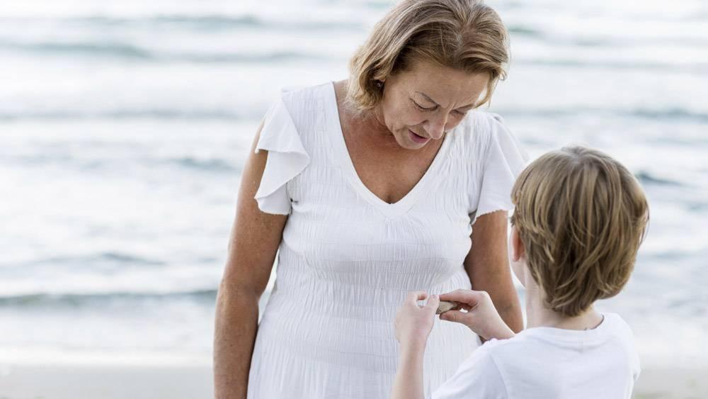 海滩上的中枪奶奶和孩子_10849606