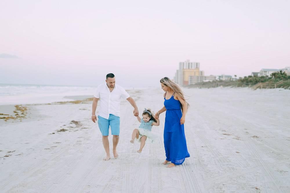 海滩上美丽的一家人_1132281