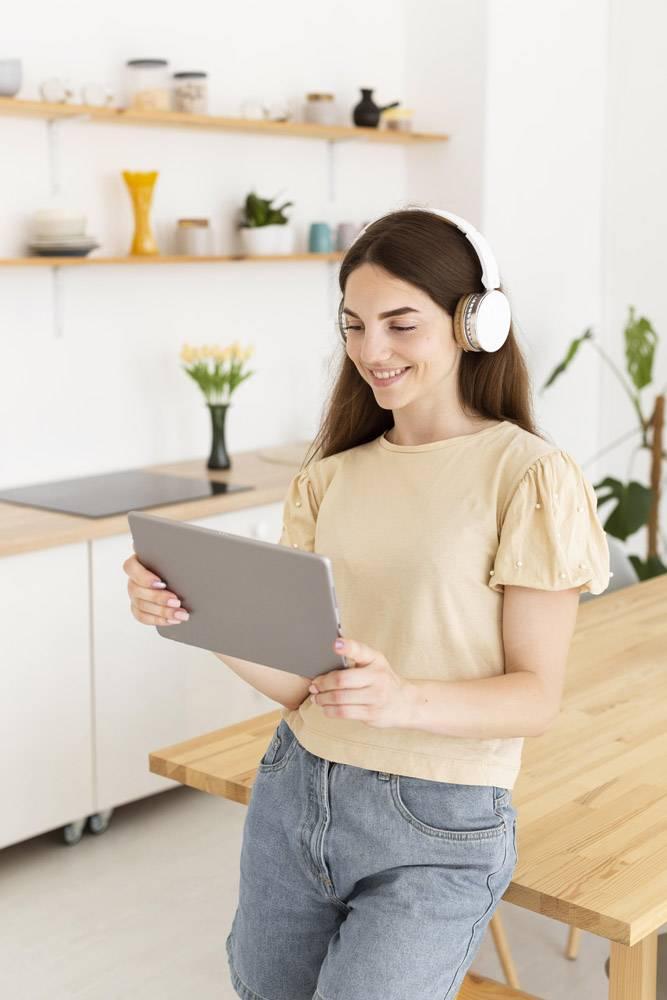 戴耳机看平板电脑的女人_10700480