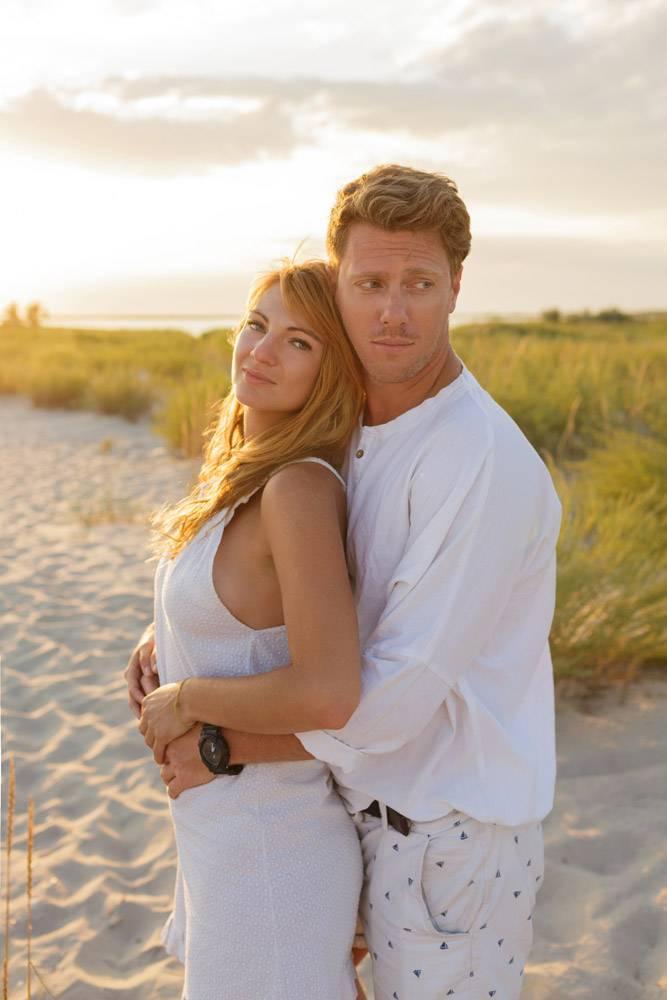 户外夏日海滩上年轻漂亮时髦的夫妇的形_10688318