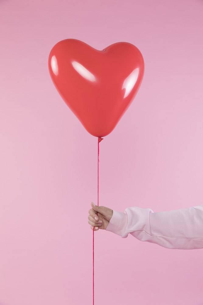 手持带线红色气球的人_3565109